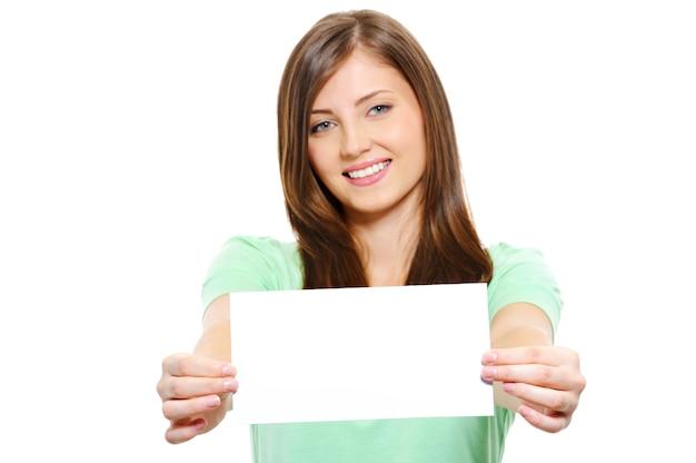 빈 카드를 들고 행복 한 젊은 아름 다운 여자의 초상화