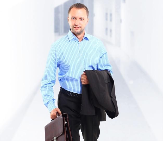 가방을 들고 행복 한 젊은 사업가의 초상화