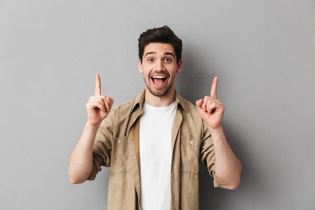 Портрет счастливого молодого случайного человека
