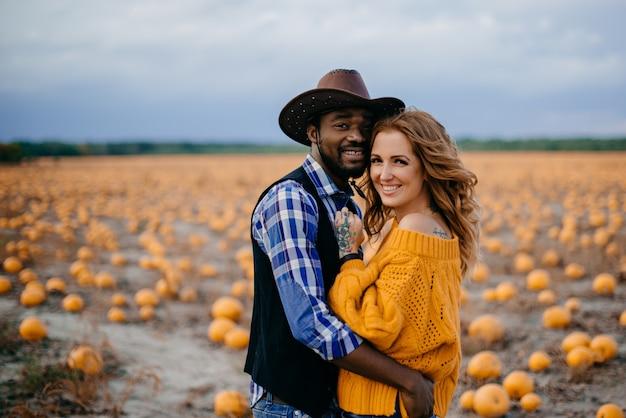 農家の幸せな若いカップルの肖像画