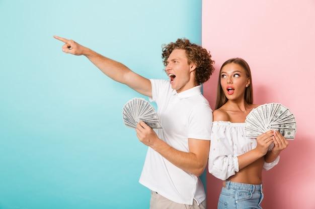 立っている幸せな若いカップルの肖像画