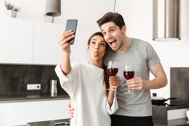 Selfieを取って幸せな若いカップルの肖像画