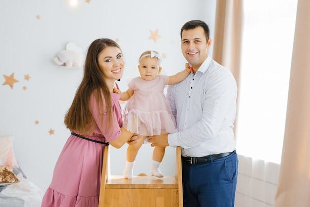 Портрет счастливой молодой семьи с маленьким ребенком