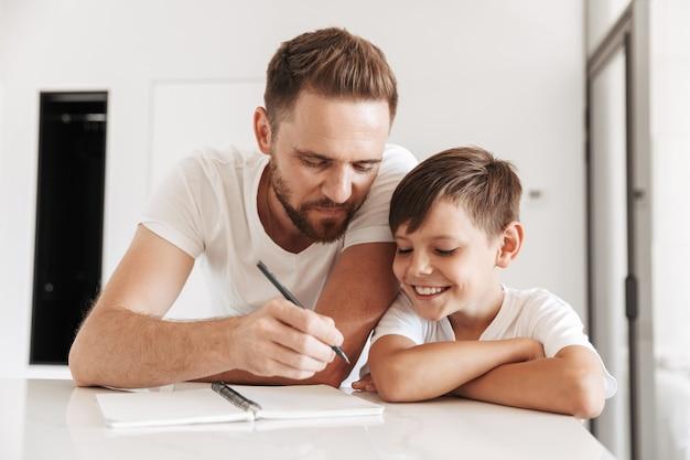 Портрет счастливого молодого отца и его сына