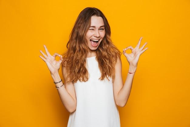 Портрет счастливой молодой девушки, смотрящей в камеру