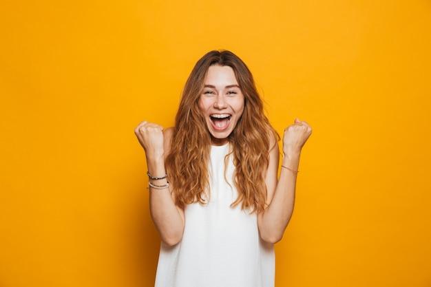 Портрет счастливой молодой девушки кричать