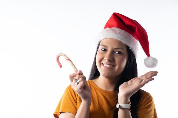 Портрет счастливой молодой девушки в шляпе санты изолировать на белом фоне