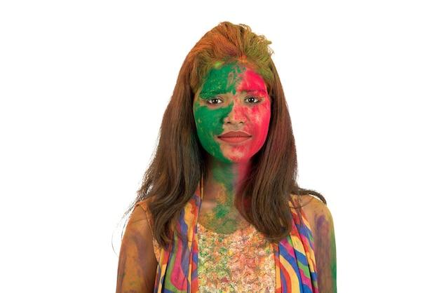 흰색 바탕에 holi 색상 축제에 화려한 얼굴로 행복 한 어린 소녀의 초상화