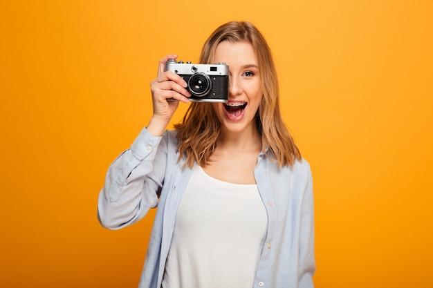 Портрет счастливой молодой девушки с брекетами