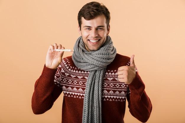 스웨터를 입은 행복 한 젊은 남자의 초상화
