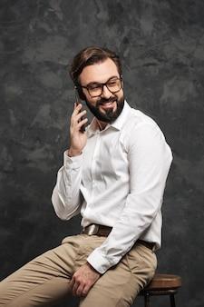 白いシャツを着て幸せな若い男の肖像