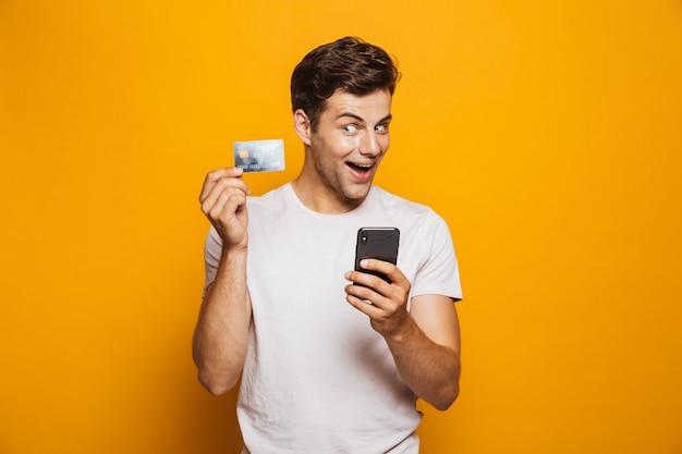 携帯電話を持っている幸せな若い男の肖像画