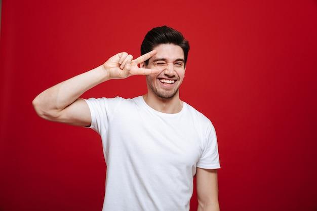 白いtシャツで幸せな若い男の肖像