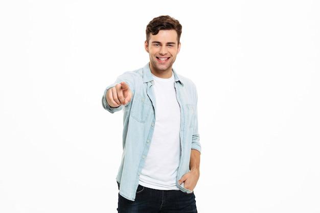 Портрет счастливого молодого человека, стоящего