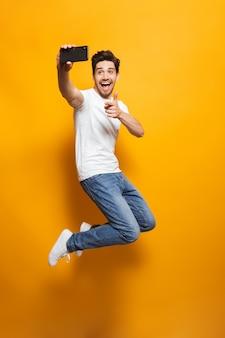 Портрет счастливого молодого человека