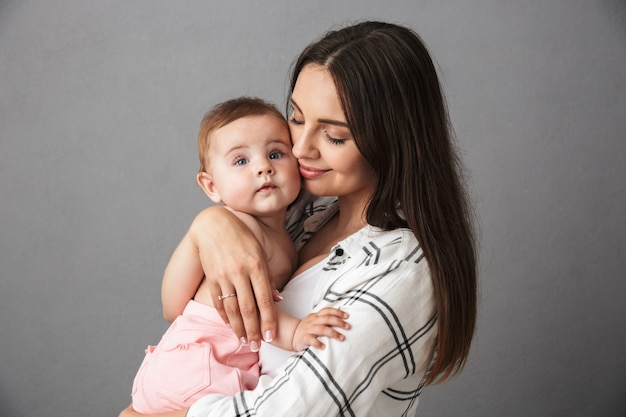 幸せな若い母親の肖像画