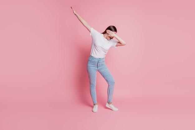 춤추는 행복한 젊은 여성의 초상화는 멋진 움직임을 만듭니다.