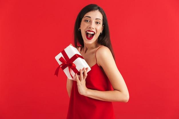 고립 된 선물 상자를 들고 드레스에 행복 한 젊은 여자의 초상화