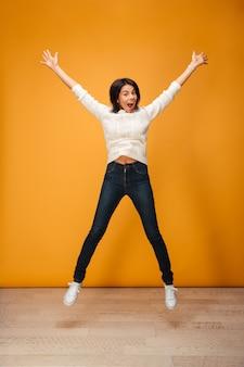 Портрет счастливого прыжка молодой женщины