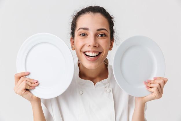 お皿を洗う幸せな若い女性の肖像画