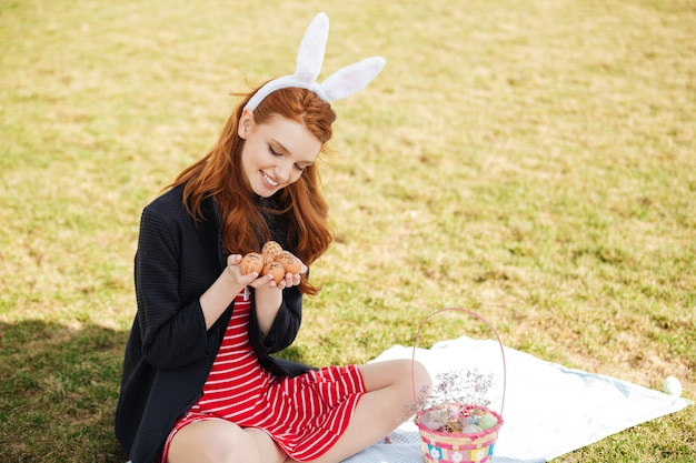 Портрет счастливой молодой женщины с длинными рыжими волосами