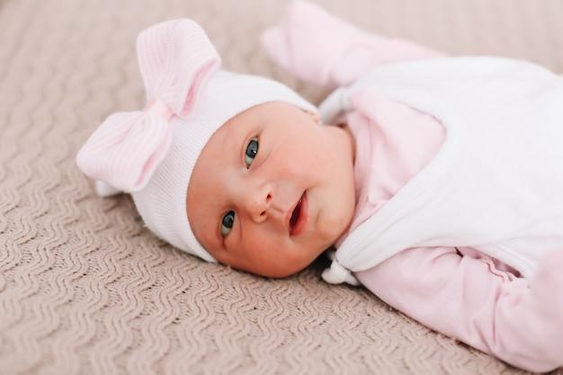 Портрет здоровой новорожденной девочки