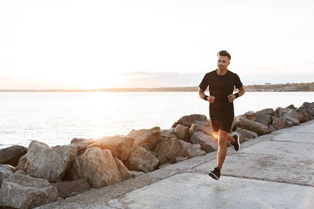 Портрет здорового спортсмена, бегающего трусцой