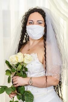 医療用マスクを身に着けているユダヤ人の花嫁の肖像画