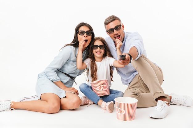 Портрет радостной семьи, смотрящей фильм