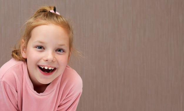 うれしそうな子供の女の子の肖像画