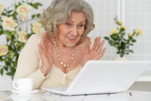 노트북과 즐거운 수석 여자의 초상화