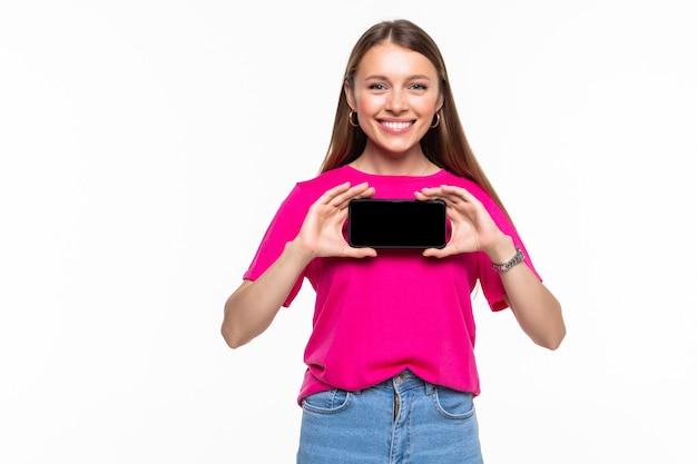 고립 된 빈 화면 휴대 전화를 보여주는 즐거운 swoman의 초상화