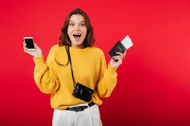 Портрет радостной женщины, держащей мобильный телефон