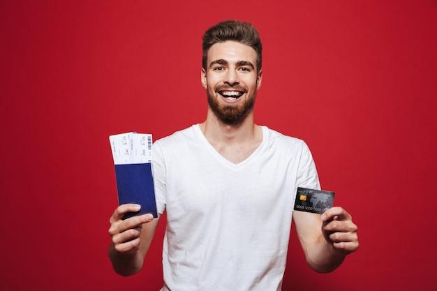 여권 들고 즐거운 젊은 수염 된 남자의 초상화
