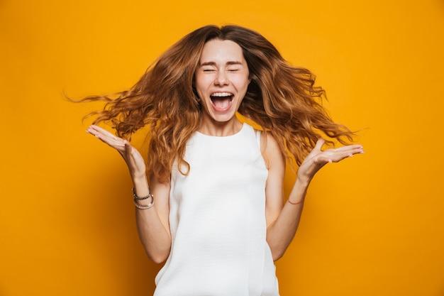 Портрет радостной молодой девушки кричать