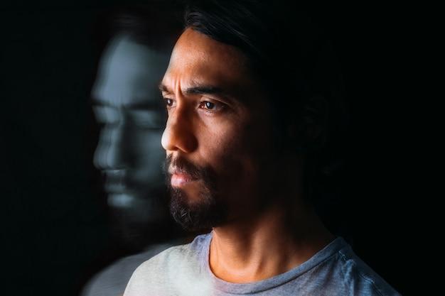 라틴 남자의 초상과 자신의 흩어진 이미지 정신 장애