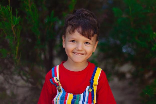 Портрет смеющегося ребенка на фоне природы