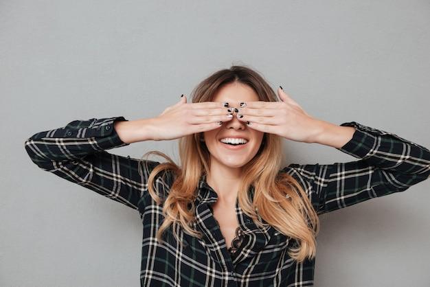 手で彼女の目を覆っている笑っている女性の肖像画