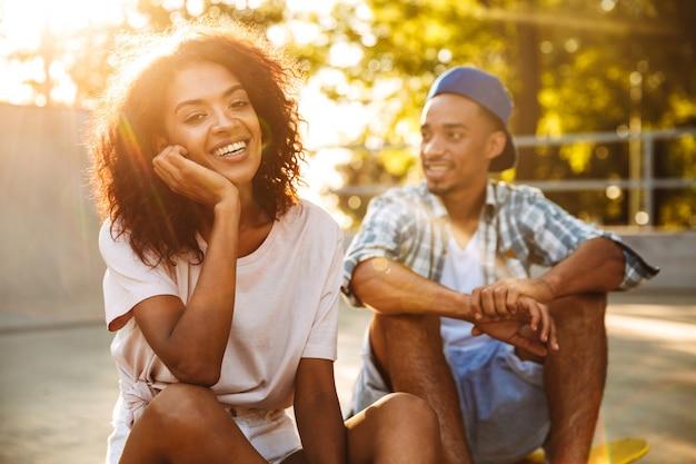 Портрет смеющейся молодой африканской пары