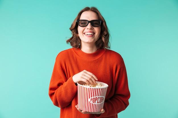 Портрет смеющейся молодой женщины