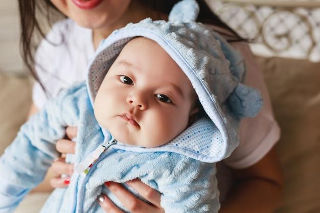 작은 사랑스러운 갓 태어난 유아 아시아 아기의 초상화.