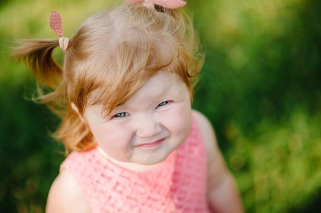 Портрет маленькой красивой девочки на природе на летних каникулах. игра в парке на закате. закройте вверх. концепция семейного отдыха и времени вместе.