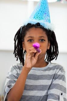 Портрет маленького мальчика на вечеринке по случаю дня рождения