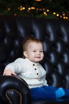 Портрет маленького мальчика, глядя в сторону