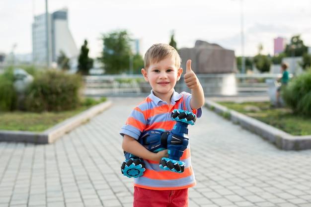 彼の手に車を持つ小さな男の子の肖像画
