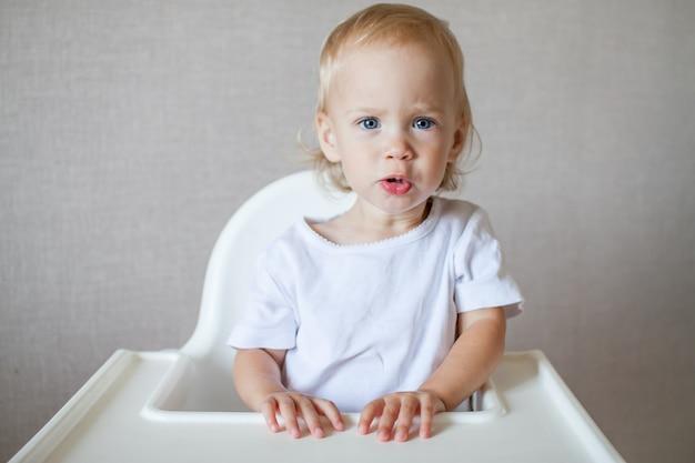 흰색 티셔츠를 입은 작고 귀여운 아이의 초상화