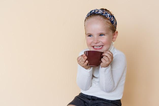 座っていると笑顔のかわいい女の子の肖像画