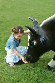小さな女の子と牛の肖像画