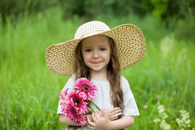 필드에서 어린 소녀의 초상화입니다. 여름 분위기 햇빛.