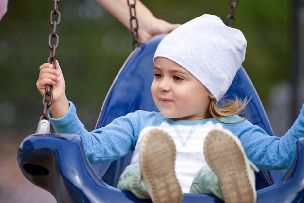 ブランコに乗っている少女の肖像画